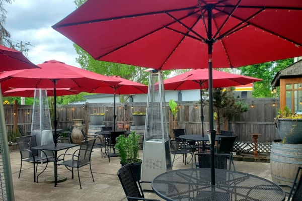Image shows patio at Mangiare Italian Restaurant in Independence, Oregon